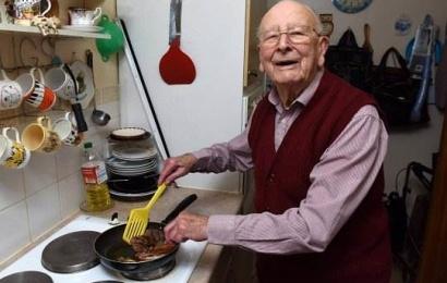 Ət və şərab: 100 yaşlı kişinin uzunömürlüyünün səbəbi