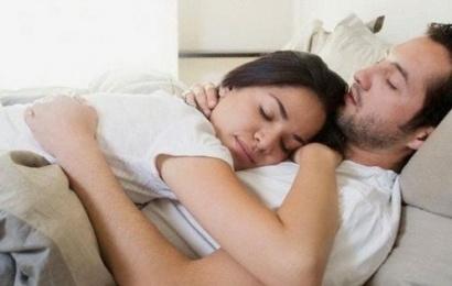 Ərinizlə yatmazdan əvvəl edəcəyiniz 7 şey