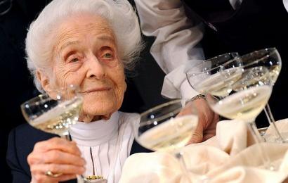 108 yaşlı nənənin uzunömürlüyünün sirri – Əldə bir qədəh şərab